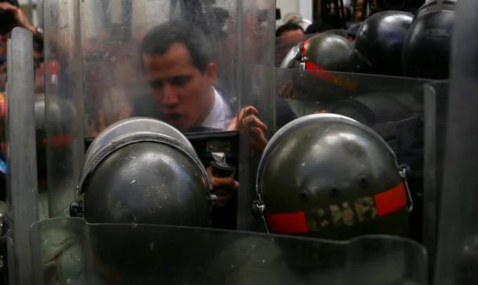 En CaracasJuan Guaidó volvió a jurar como presidente interino tras ingresar a la fuerza al Parlamento