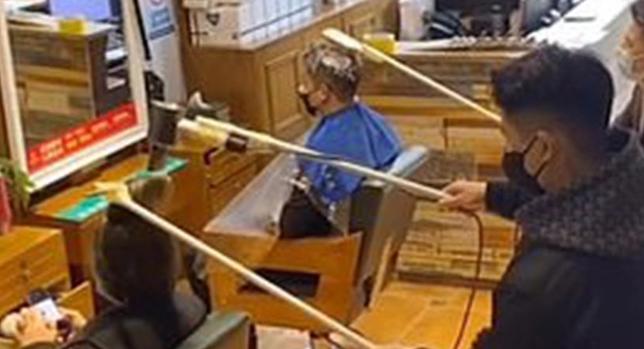 La técnica de los peluqueros chinosSeguir atendiendo clientes en plena epidemia de coronavirus