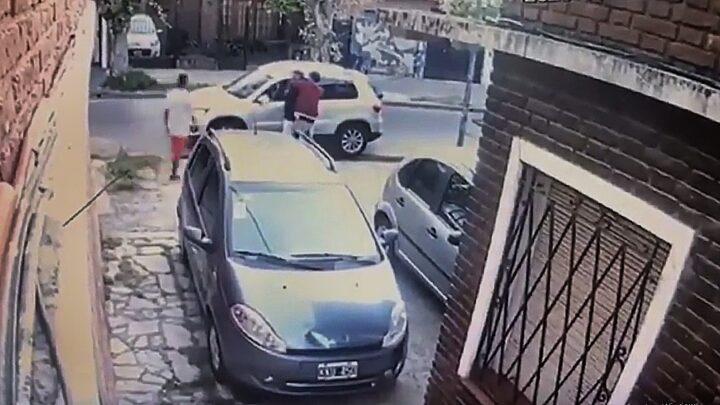 PolicialesAsaltaron a una pareja y antes de llevarse el auto les dejaron bajar la silla de ruedas