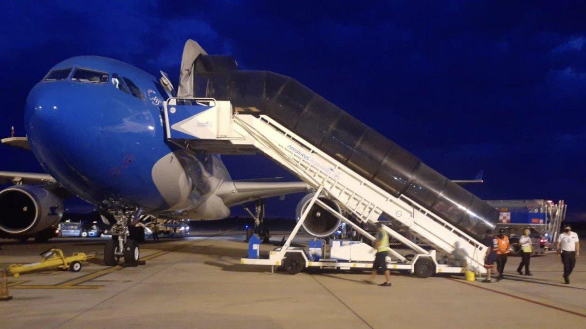 SaludSe reactiva la provisión de vacunas contra el coronavirus con el cuarto vuelo de Aerolíneas a Moscú