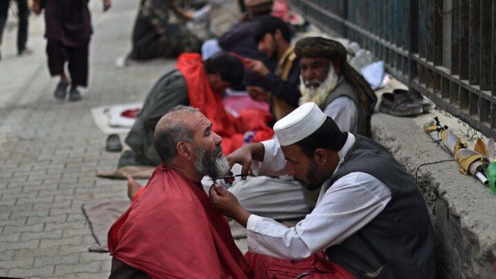 AfganistánVarias provincias prohibieron a los hombres afeitarse y a las mujeres usar smartphones