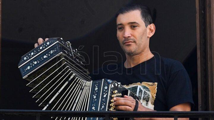 """MúsicaDesde Rosario el bandoneonista Leonel Capitano levanta """"Barricadas"""" de tango»"""
